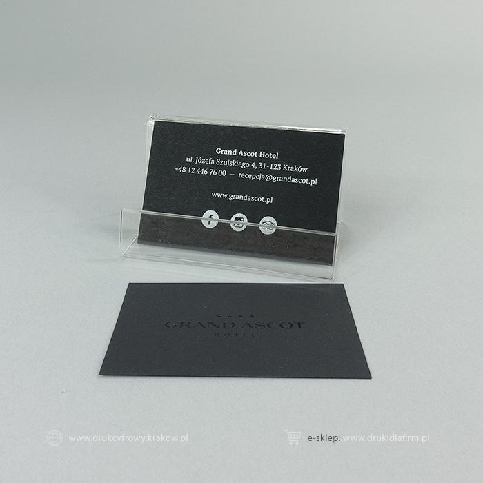 wizytówka tłoczona (hot-stamping folią koloru czarnego) i biały nadruk na froncie